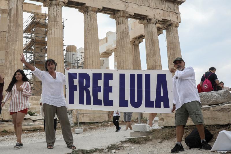Πανό για τον Λούλα στην Ακρόπολη