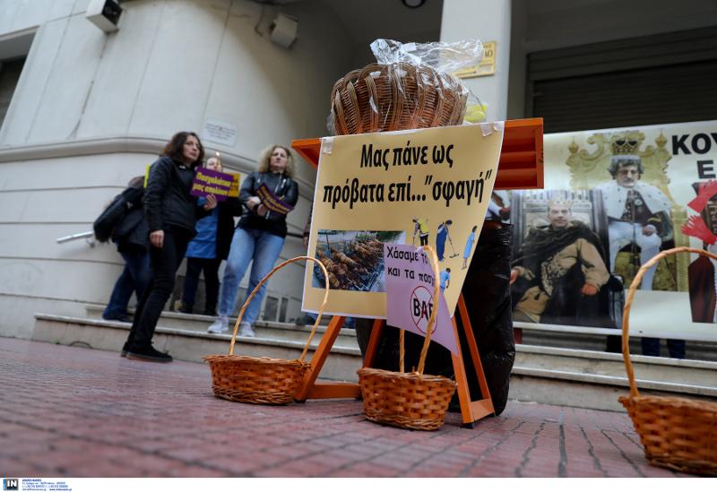Πανό που γράφει «Μας πάνε ως πρόβατα επί... «σφαγή» και καλάθια μπροστά από το υπουργείο Υγείας