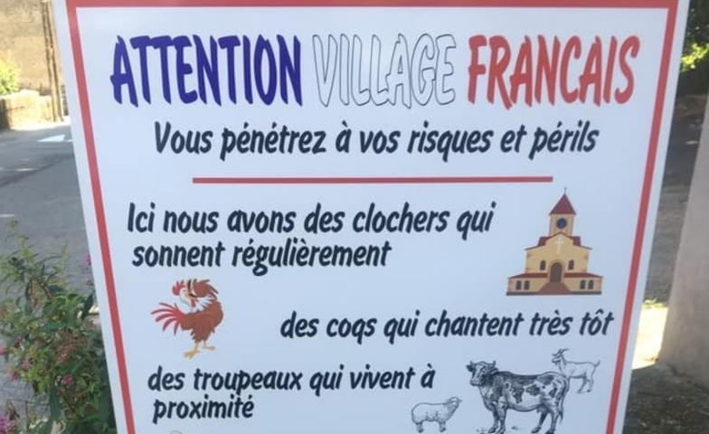 Πανό στην είσοδο χωριού προειδοποιεί για τους ήχους και τις μυρωδιές της υπαίθρου