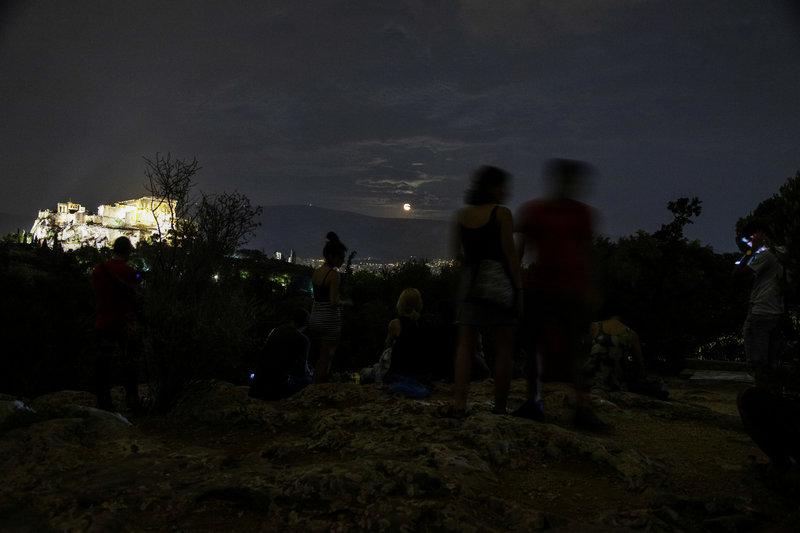 Δεκάδες επισκέπτες στο λόφο του Φιλοπάππου μαγεμένοι από την ανατολή της αυγουστιάτικης πανσελήνου
