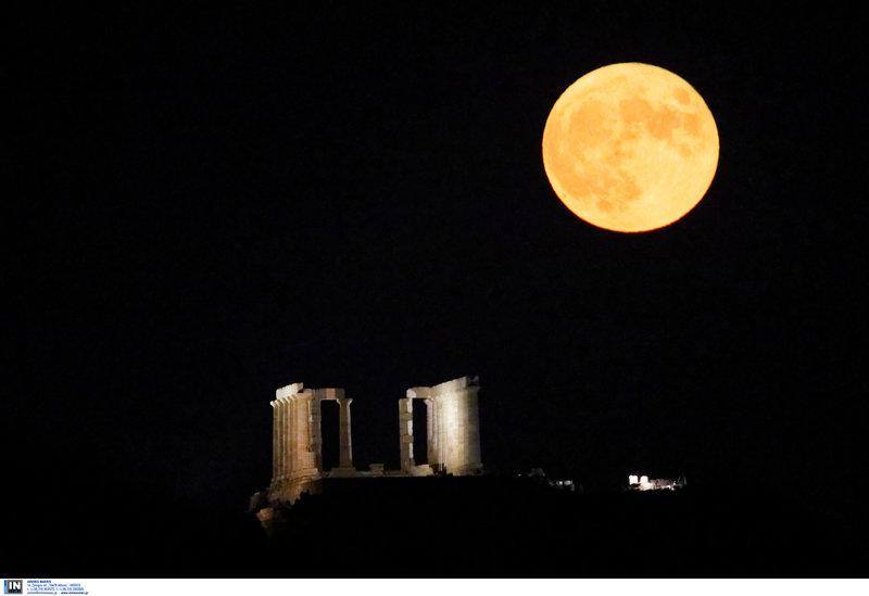 Η πανσέληνος του Αυγούστου πάνω από τον ναό του Ποσειδώνα στο Σούνιο