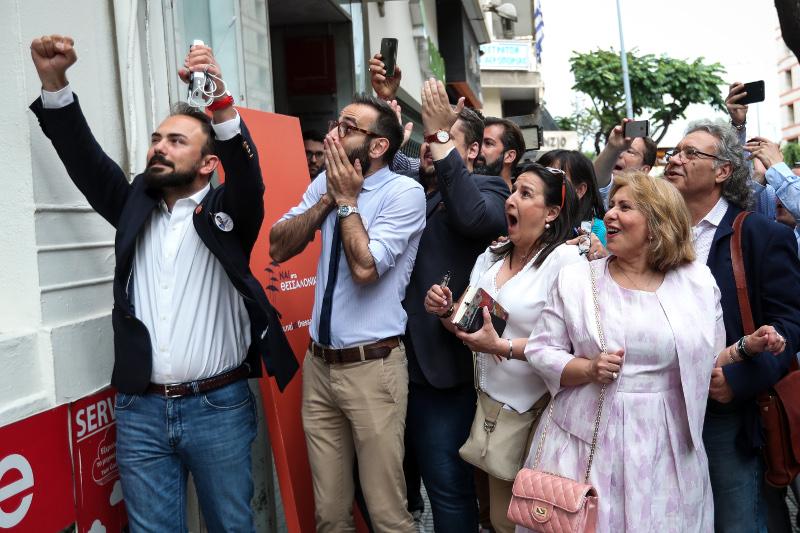 Πανηγυρισμοί στο εκλογικό κέντρο Ζέρβα μετά την δημοσιοποίηση του exit-poll