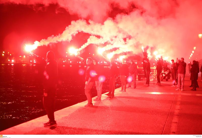 Φίλαθλοι του ΠΑΟΚ πανηγυρίζουν την κατάκτηση του κυπέλου βόλεϊ