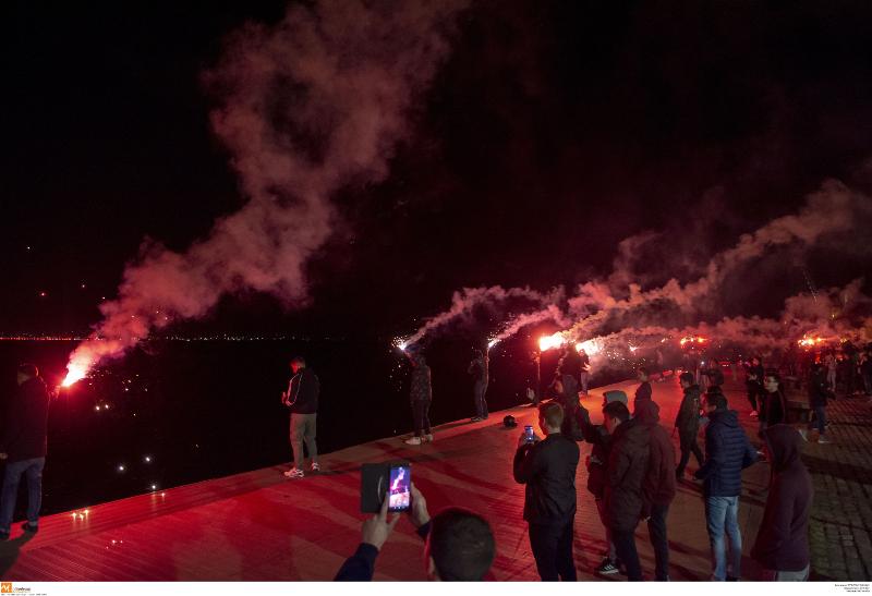 Φίλαθλοι του ΠΑΟΚ πανηγυρίζουν την κατάκτηση του κυπέλου βόλεϊ με pyroshow
