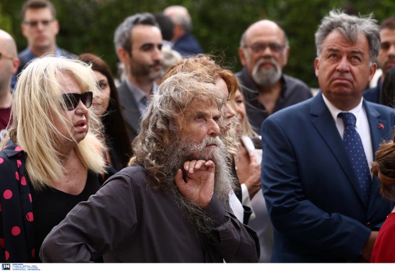 Η Πάολα περιμένει να μπεί στην Βουλή με τον Ψαραντώνη δίπλα της