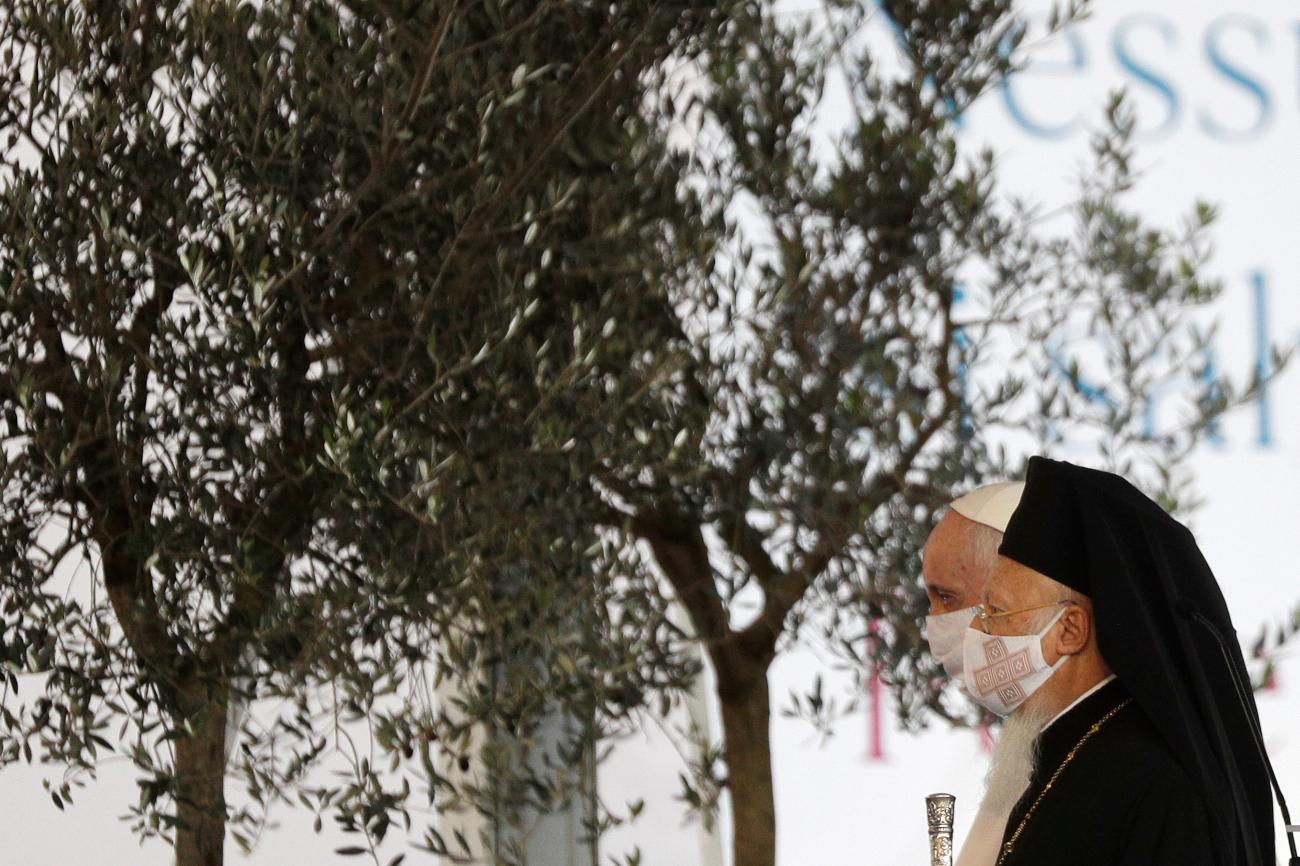 Πάπας Φραγκίσκος και Βαρθολομαίος περπατούν φορώντας μάσκα