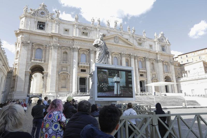 Συγκεντρωμένο πλήθος έξω από το Βατικανό