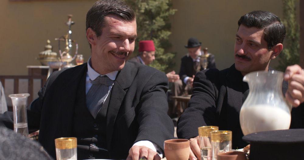 Ο Ιωάννης Παπαζήσης και ο Αργύρης Πανταζάρας σε σκηνή από τη σειρά «Το Κόκκινο Ποτάμι»