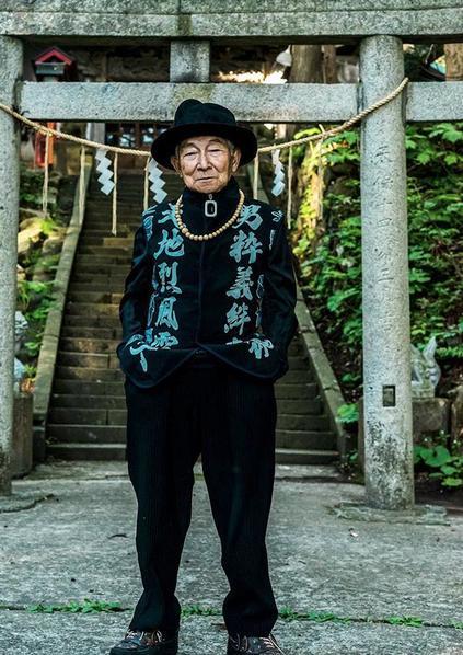 Ο παππούς φόρεσε τα ρούχα διάσημων σχεδιαστών του εγγονού του και έκανε πολλούς influencers να ζηλέψουν από τις πόζες του