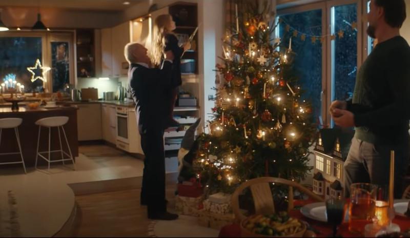 Η προσπάθεια τον δικαιώνει: Τα Χριστούγεννα καταφέρνει να σηκώσει ψηλά την εγγονή του