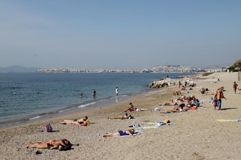 Στις παραλίες οι Αθηναίοι μετά την παρέλαση