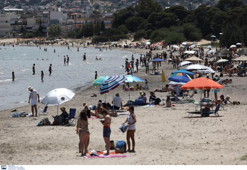 Λουόμενοι σε παραλία στην Αρτέμιδα