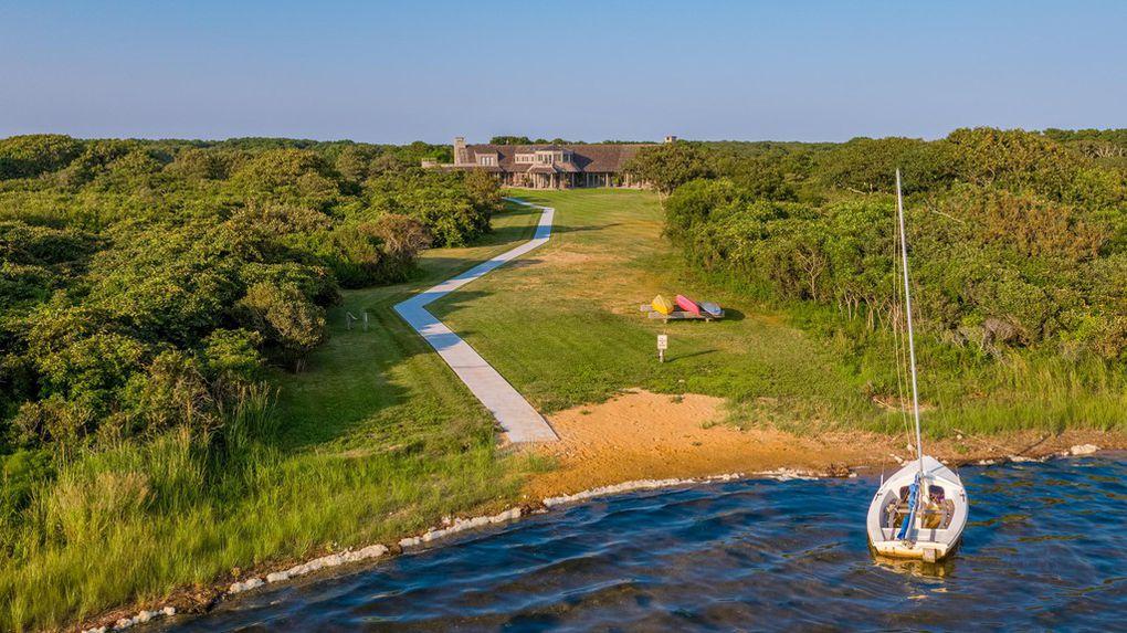Το ακίνητο διαθέτει και ιδιωτικό παραλία, μακριά από τα αδιάκριτα βλέμματα των κατοίκων της περιοχής και των τουριστών