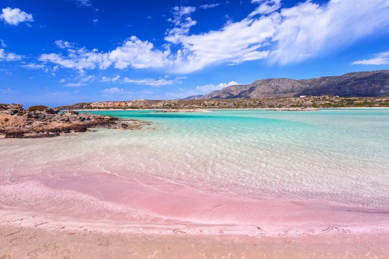 Η παραλία Ελαφονήσι στην Κρήτη με ροζ άμμο