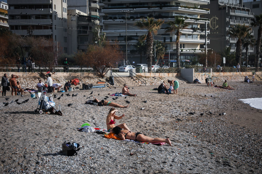 Δεκάδες πολίτες κατέβηκαν στην παραλία του Φλοίσβου το Σάββατο