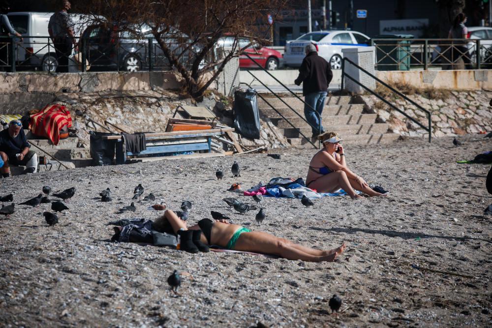 Αρκετοί ήταν οι πολίτες που φόρεσαν το μαγιό τους και έκαναν ηλιοθεραπεία