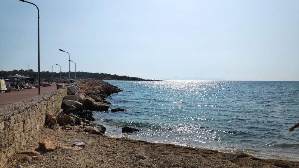 Η παραλία της Γλυφάδας στις 19 του Σεπτέμβρη δέχεται ακόμη λουόμενους