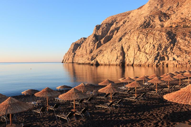 Η παραλία Καμάρι στη Σαντορίνη