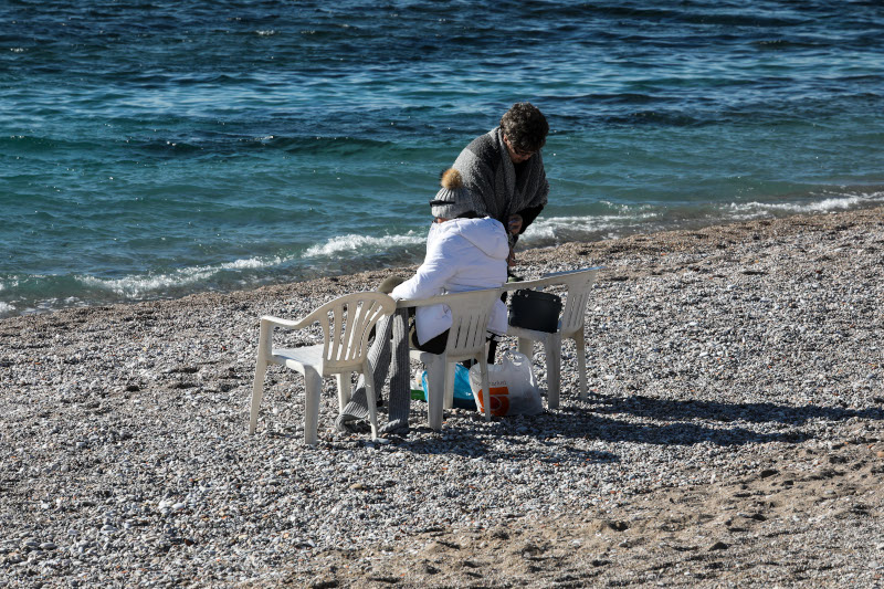 Γέμισε από κόσμο η παραλία του Φλοίσβου
