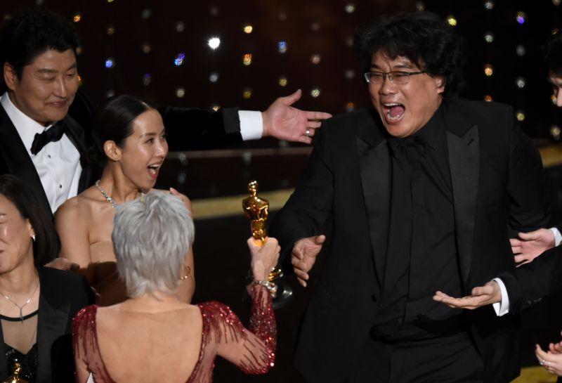 Ο Νοτιοκορεάτης Bong Joon Ho παραλαμβάνει το χρυσό αγαλματίδιο στα Όσκαρ