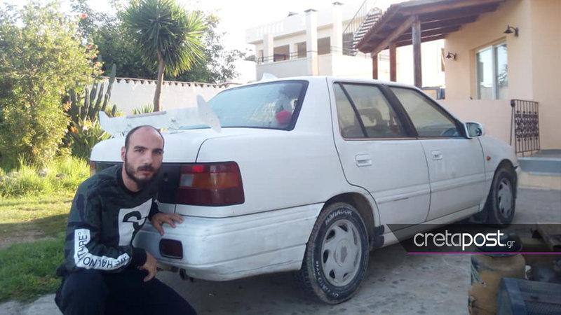 Ο 27χρονος με το αυτοκίνητο όπου μετέφερε την 60χρονη Αμερικανίδα.