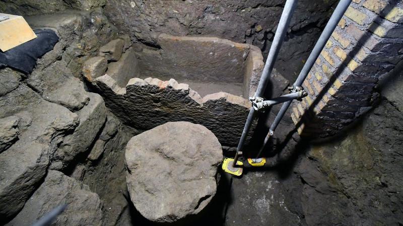 H είσοδος του ναού και η πέτρινη σαρκοφάγος, όπου ίσως είχε ταφεί ο ιδρυτής της Ρώμης, Ρωμύλος.