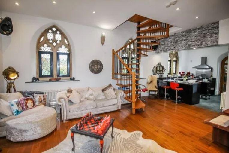 Το μοντέρνο σαλόνι και η κουζίνα του σπιτιού