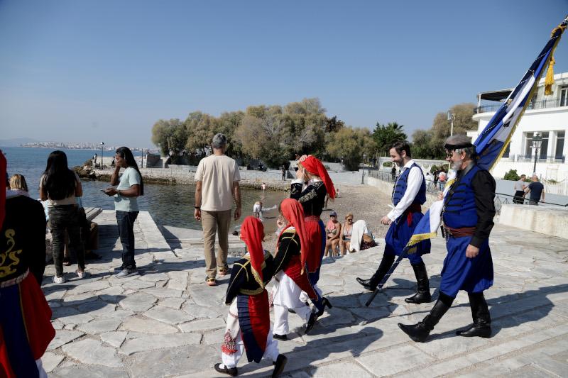 Οι Αθηναίοι γέμισαν για μια ακόμα ημέρα του Οκτωβρίου τις παραλίες, εκμεταλλευόμενοι τις υψηλές θερμοκρασίες για την εποχή.