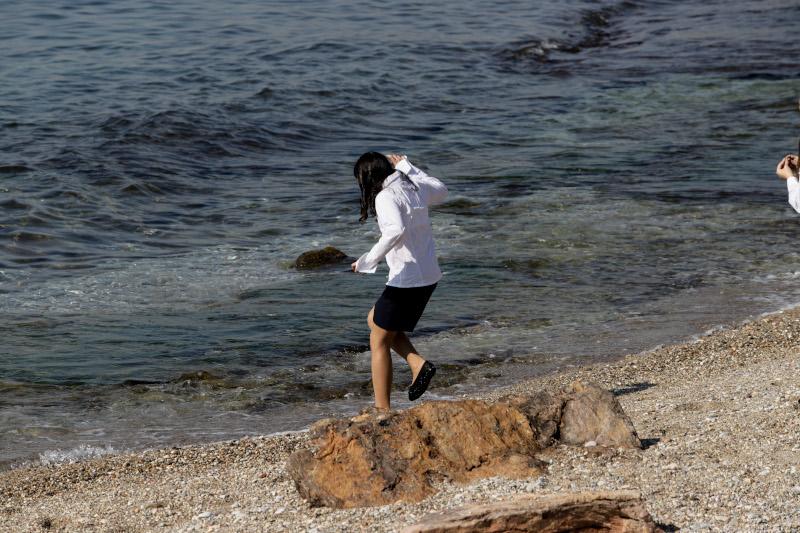 Μαθήτρια μετά την παρέλαση στην παραλία του Φαλήρου