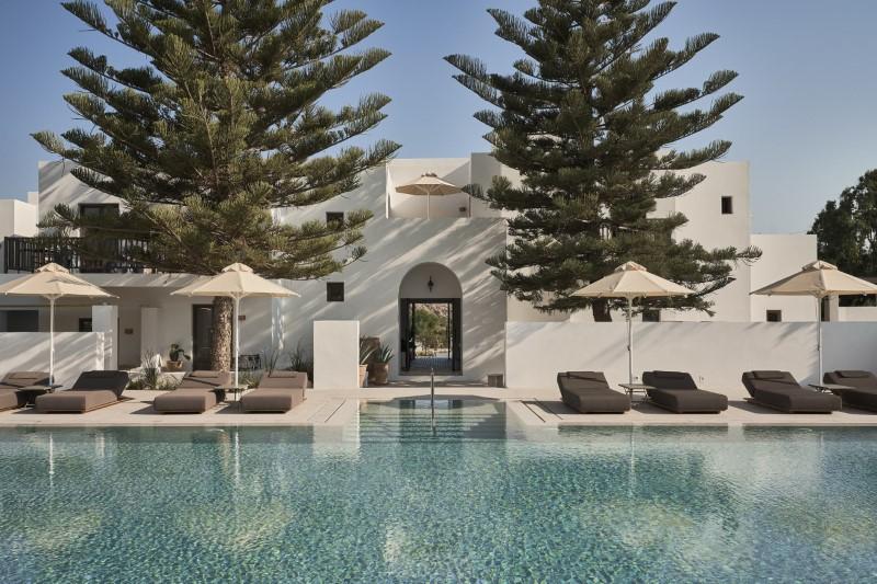 Ξενοδοχείο με πισίνα και ξαπλώστρες
