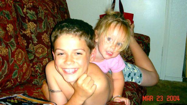 Τίποτα δεν πρόδιδε στη φωτογραφία αυτή την κατάληξη που θα είχαν τα δύο παιδιά. Ο Πάρις στη φυλακή για τον φόνο της 4χρονης αδερφής του