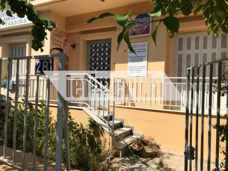 Το σπίτι της Παριζιάνας σήμερα, στην οδό Κρήτης 28 στη Ν. Χαλκηδόνα. Δεξιά, το παράθυρο απ' όπου εισέβαλε ο Χρόνης Εξαρχάκος.