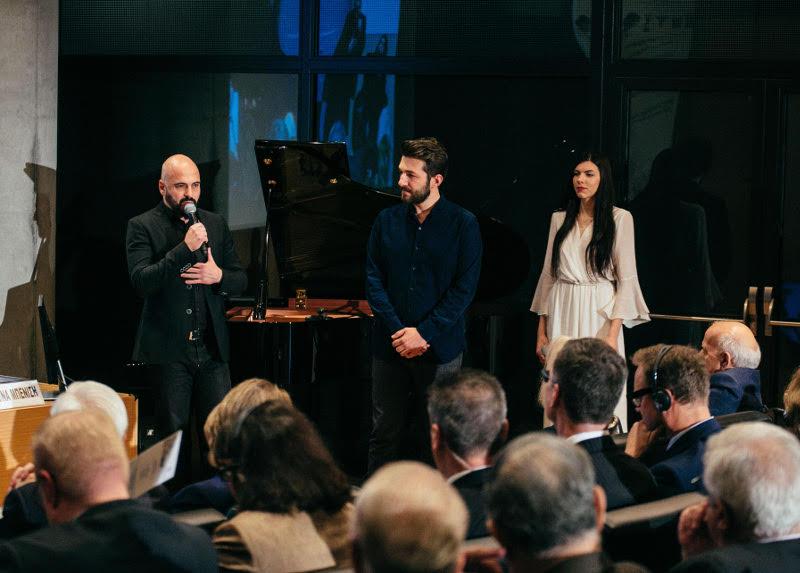 Ο συνθέτης Δημήτρης Μαραμής μαζί με τους Θοδωρή Βουτσικάκη και Ελένη Δημοπούλου κατά την παρουσίαση του Ερωτόκριτου