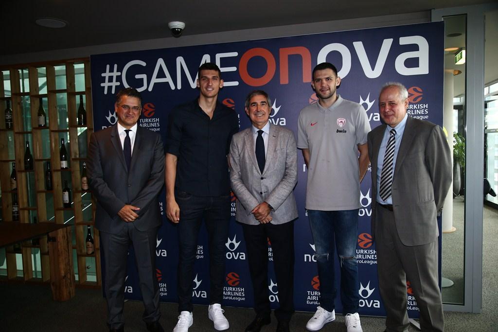 Από αριστερά προς τα δεξιά: Ο Διευθύνων Σύμβουλος της Forthnet κ. Πάνος Παπαδόπουλος, ο καλαθοσφαιριστής της ΚΑΕ Παναθηναϊκός ΟΠΑΠ Ντίνος Μήτογλου, ο CEO της EuroLeague, κ. Jordi Bertomeu, ο καλαθοσφαιριστής της ΚΑΕ Ολυμπιακός Κώστας Παπανικολάου και ο Διεθυντής Εταιρικής Επικοινωνίας της Forthnet κ. Γρηγόρης Κατσογιάννης