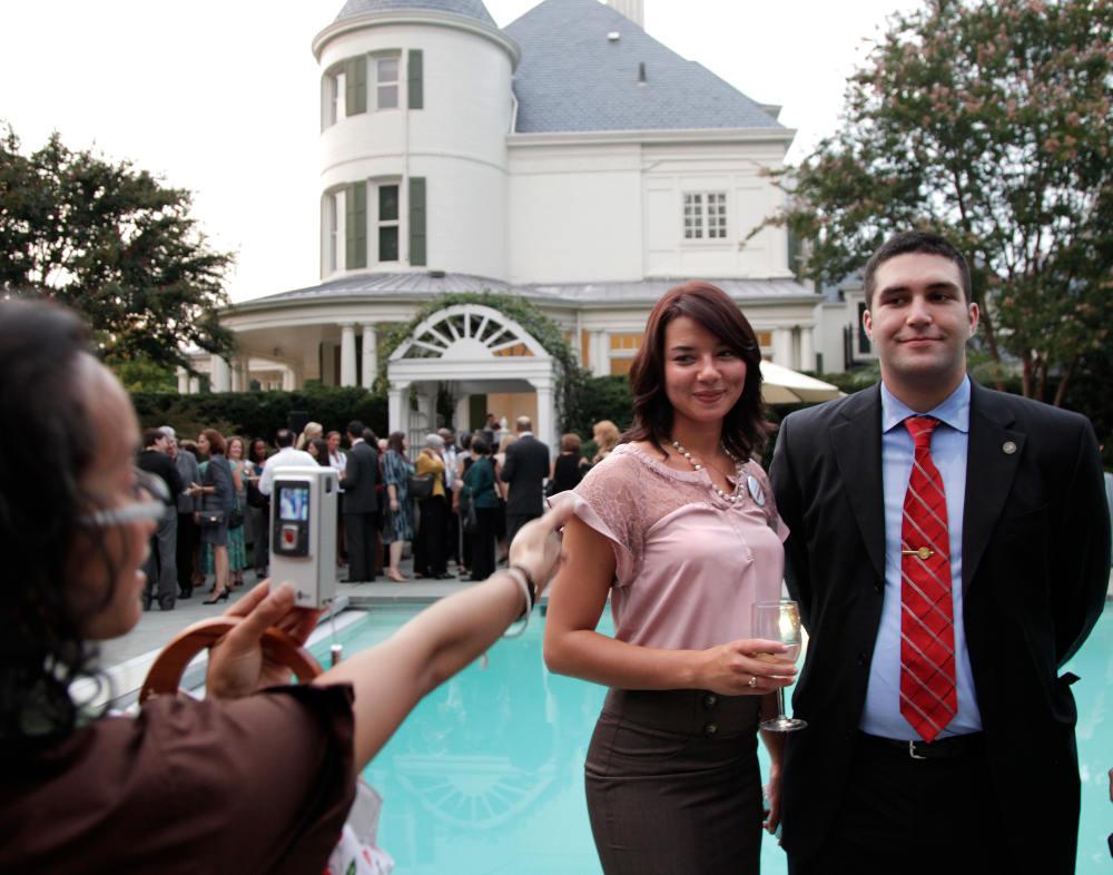 Σε πάρτι αντιπροέδρου στην πισίνα του σπιτιού