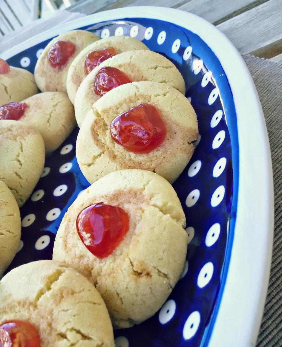 Πιατέλα με μπισκότα του Πάσχα με κεράσι