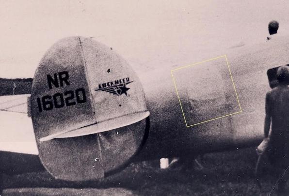 Το κομμάτι μετάλλου (πάνω) που εκβράστηκε στο Νικουμαρόρο πιστεύεται ότι είναι το αλουμινένιο μπάλωμα που χρησιμοποιήθηκε στο αεροσκάφος της Αμέλια Έρχαρτ.