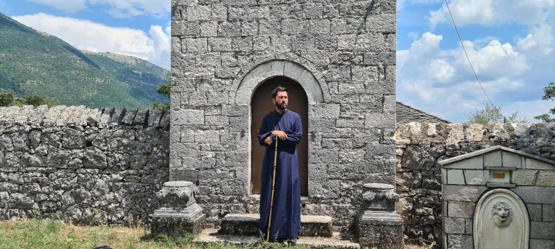 Ο πάτερ Αντώνιος έξω από μία εκκλησία