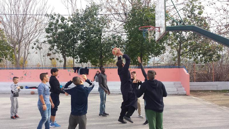 Ο πάτερ Αντώνιος παίζει μπάσκετ με αγόρια