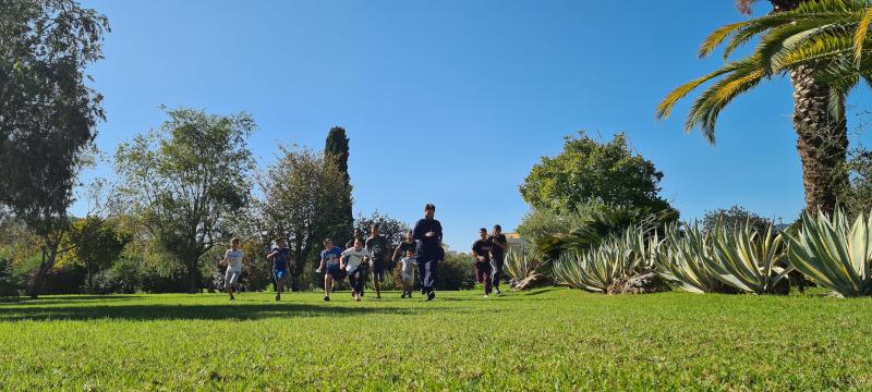 Ο πάτερ Αντώνιος τρέχει με παιδιά