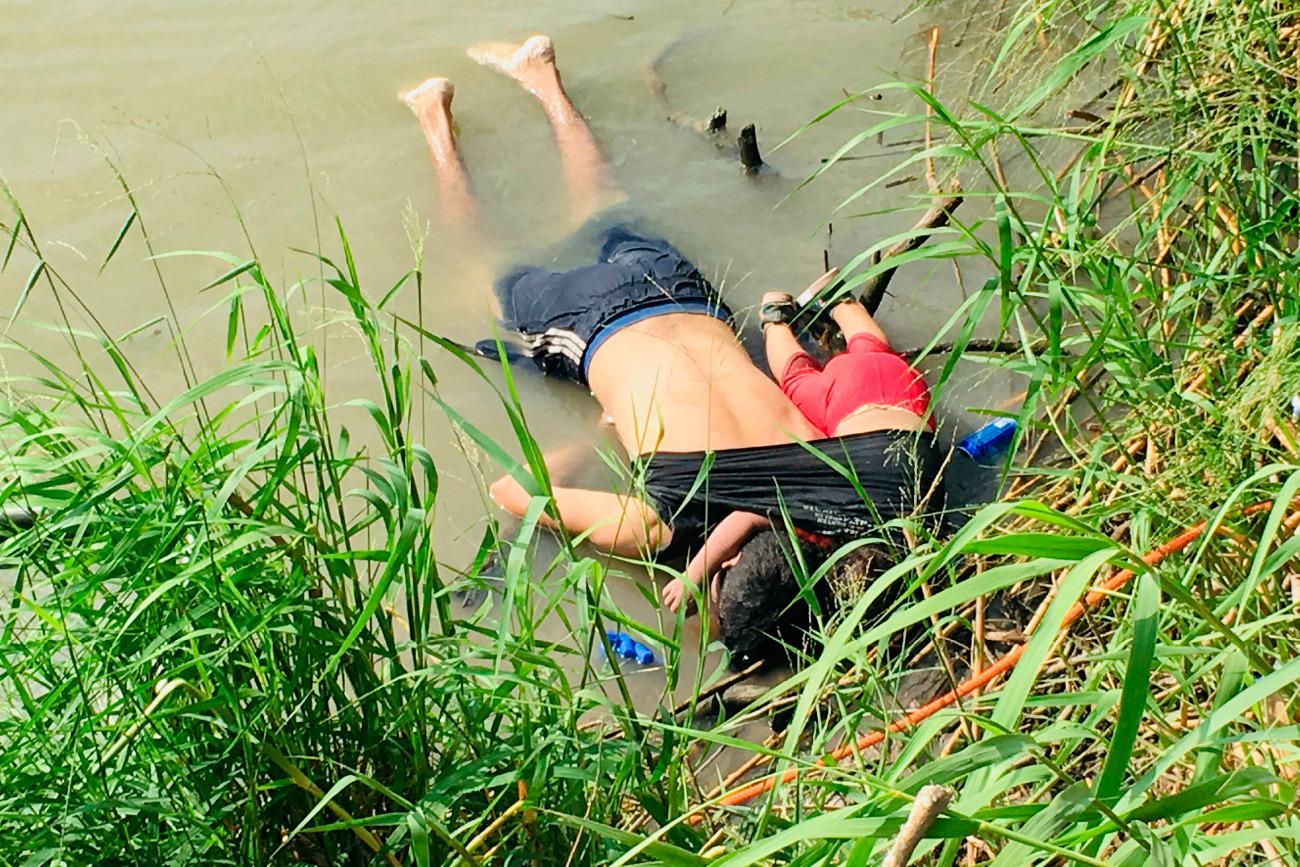 Συγκλονίζει η φωτογραφία πατέρα και κόρης που πέθαναν μαζί στα σύνορα του Μεξικού