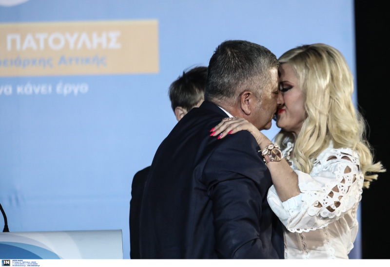 Ο Γιώργος Πατούλης φιλά τη σύζυγό του μετά τη νίκη του
