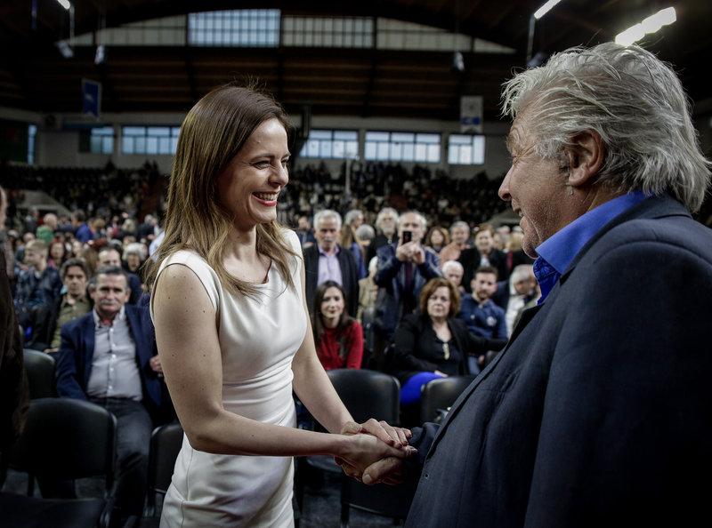 Η Εφη Αχτσιόγλου χαιρετά τον Θανάση Παπαχριστόπουλο -Φωτογραφία: EUROKINISSI/KOSTAS VILLΑ