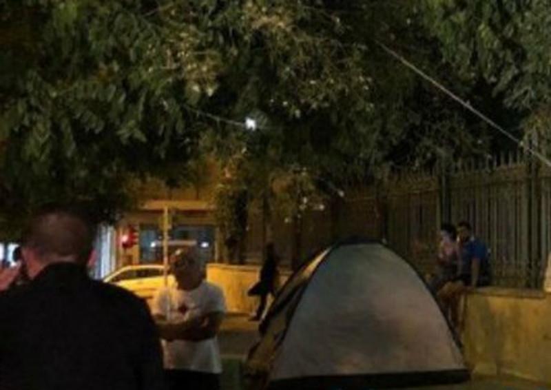 Διαμαρτυρία συμβασιούχων στην Πάτρα, έξω από τα γραφεία του ΣΥΡΙΖΑ / Φωτογραφία: patrastime.gr