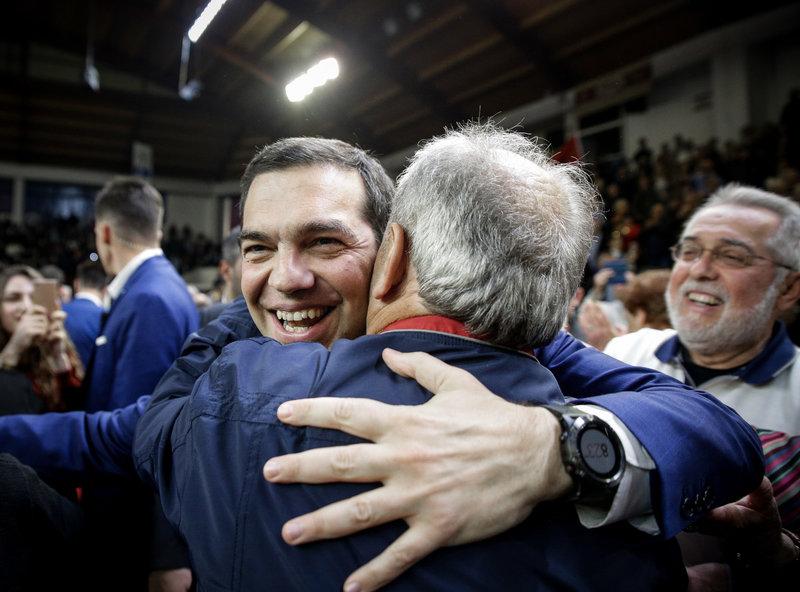 Ο Αλέξης Τσίπρας αγκαλιάζει έναν οπαδό του -Φωτογραφία: EUROKINISSI/KOSTAS VILLA