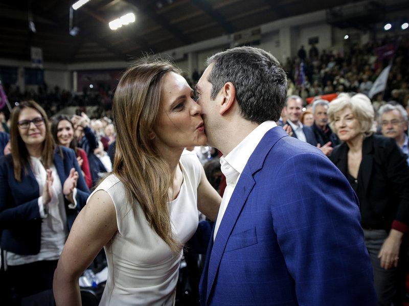 Το φιλί της Εφης Αχτσιόγλου στον Αλέξη Τσίπρα -Φωτογραφία: EUROKINISSI/KOSTAS VILLA