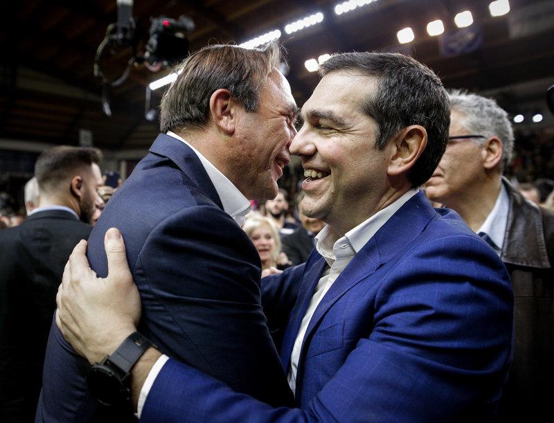 Ο Αλέξης Τσίπρας αγκαλιάζει τον Πέτρο Κόκκαλη -Φωτογραφία: EUROKINISSI/KOSTAS VILLA
