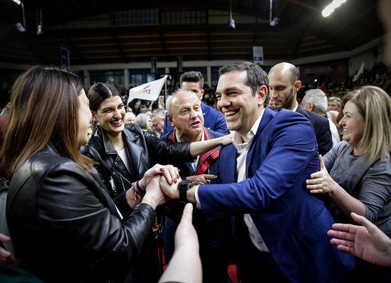 Ο Αλέξης Τσίπρας χαιρετά οπαδούς του ΣΥΡΙΖΑ-Φωτογραφία: EUROKINISSI/KOSTAS VILLA