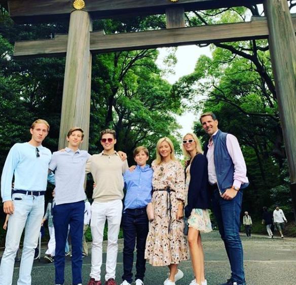 Ο Παύλος Γλίξμπουργκ με την Μαρί Σαντάλ και τα πέντε τους παιδιά στην Ιαπωνία