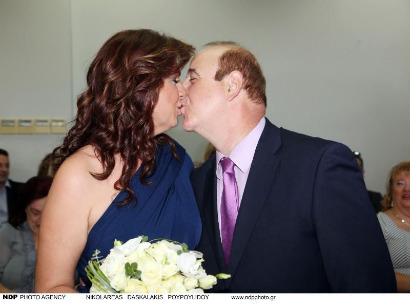 Ο Παύλος Χαϊκάλης και η Μαρία Λύκου φιλιούνται στον γάμο τους